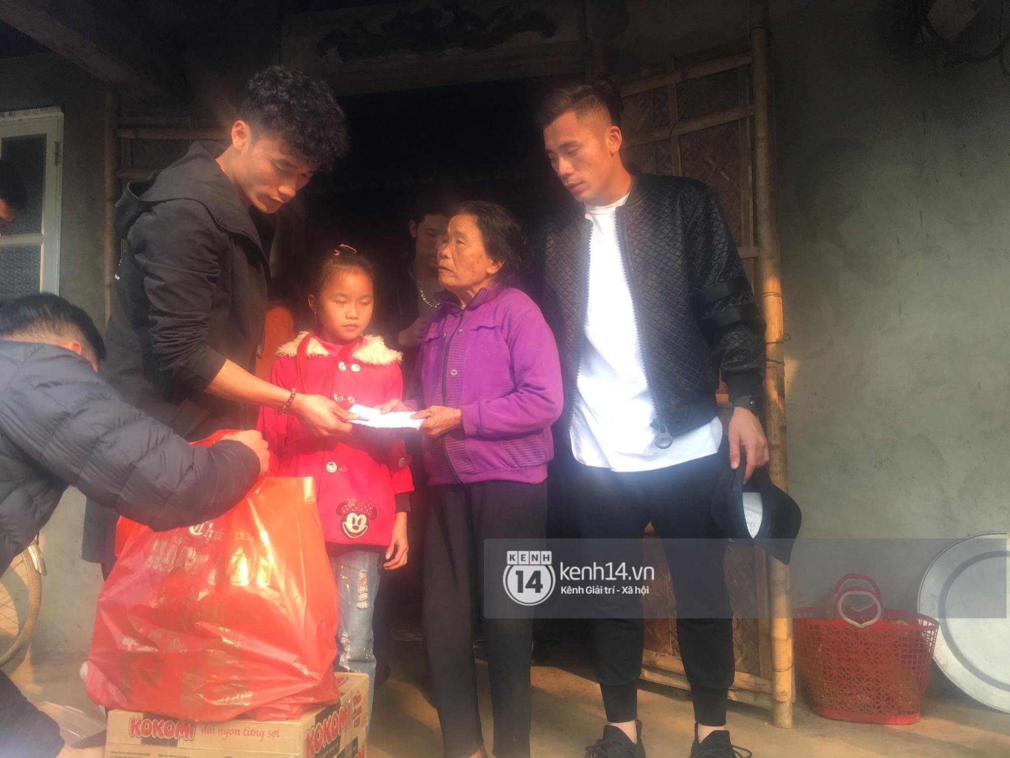 Vừa về đến nhà, hai anh em Tiến Dũng - Tiến Dụng đã đi tặng quà từ thiện cho gia đình khó khăn trong làng - Ảnh 4.