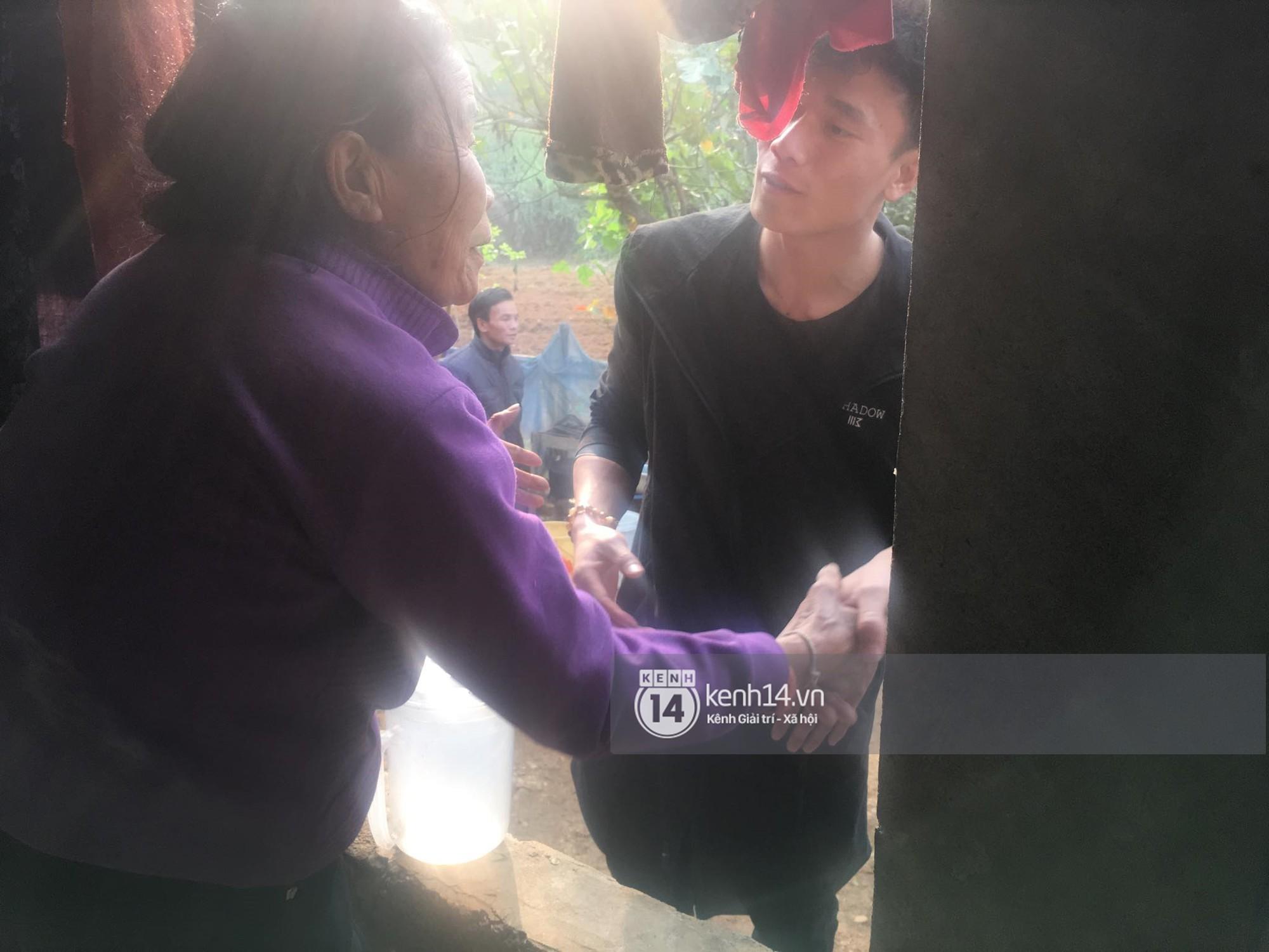 Vừa về đến nhà, hai anh em Tiến Dũng - Tiến Dụng đã đi tặng quà từ thiện cho gia đình khó khăn trong làng - Ảnh 5.