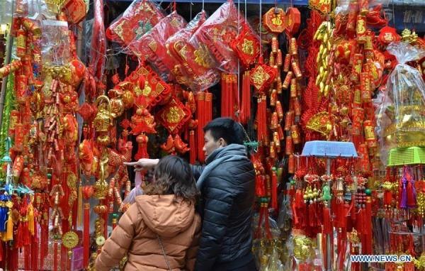 Hình ảnh không khí Tết rộn ràng khắp phố phường Hà Nội tràn ngập các trang báo Trung Quốc - Ảnh 4.