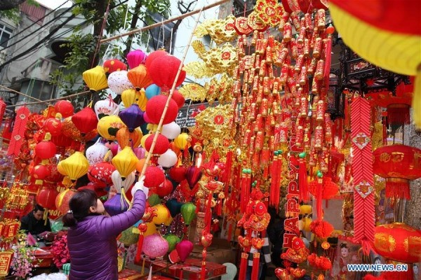 Hình ảnh không khí Tết rộn ràng khắp phố phường Hà Nội tràn ngập các trang báo Trung Quốc - Ảnh 6.