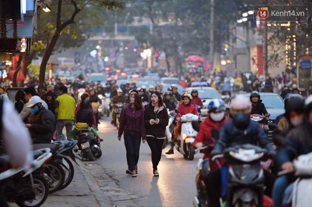 Chiều 28 Tết, một số con phố mua sắm tại Hà Nội vẫn ùn tắc kéo dài vì người dân đổ xô mua hàng giảm giá - Ảnh 8.
