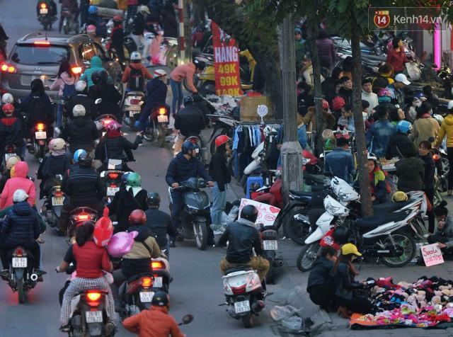 Chiều 28 Tết, một số con phố mua sắm tại Hà Nội vẫn ùn tắc kéo dài vì người dân đổ xô mua hàng giảm giá - Ảnh 2.