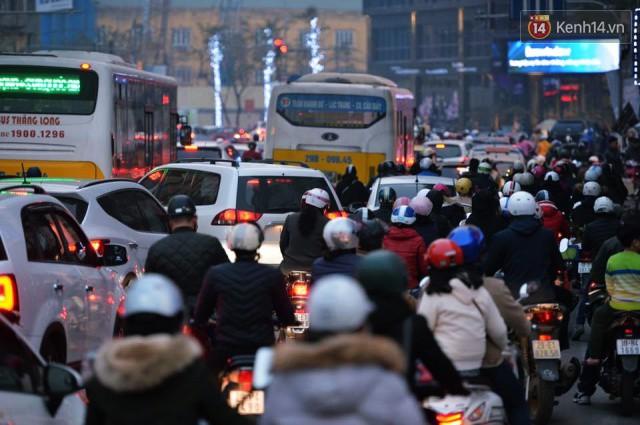 Chiều 28 Tết, một số con phố mua sắm tại Hà Nội vẫn ùn tắc kéo dài vì người dân đổ xô mua hàng giảm giá - Ảnh 1.
