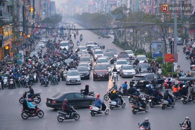Chiều 28 Tết, một số con phố mua sắm tại Hà Nội vẫn ùn tắc kéo dài vì người dân đổ xô mua hàng giảm giá - Ảnh 10.