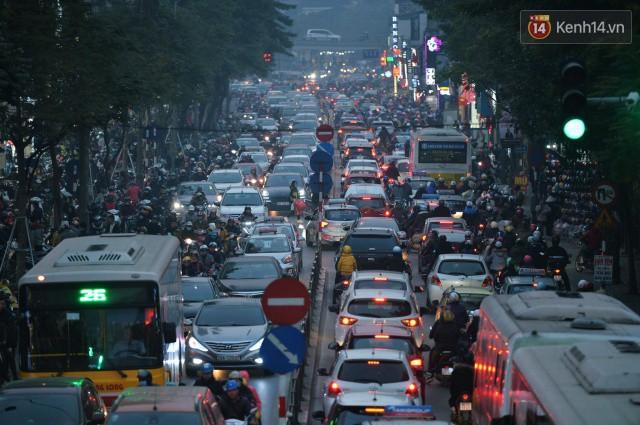 Chiều 28 Tết, một số con phố mua sắm tại Hà Nội vẫn ùn tắc kéo dài vì người dân đổ xô mua hàng giảm giá - Ảnh 5.