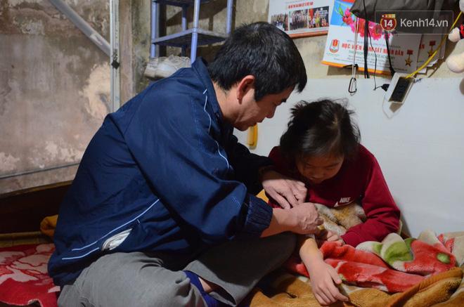 Người bố hơn 3 năm quên Tết, mải miết chạy xe ôm và gánh hàng phở để kiếm tiền chữa bệnh cho con gái - Ảnh 3.