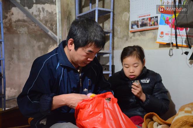 Người bố hơn 3 năm quên Tết, mải miết chạy xe ôm và gánh hàng phở để kiếm tiền chữa bệnh cho con gái - Ảnh 1.