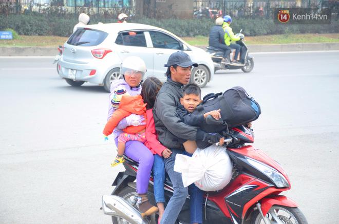 Hà Nội: Kết thúc ngày làm việc cuối cùng trong năm, người dân lỉnh kỉnh đồ đạc về quê ăn Tết - Ảnh 2.