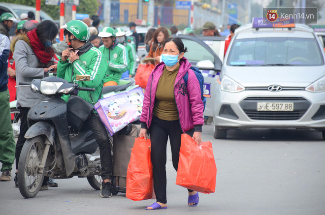 Hà Nội: Kết thúc ngày làm việc cuối cùng trong năm, người dân lỉnh kỉnh đồ đạc về quê ăn Tết - Ảnh 3.