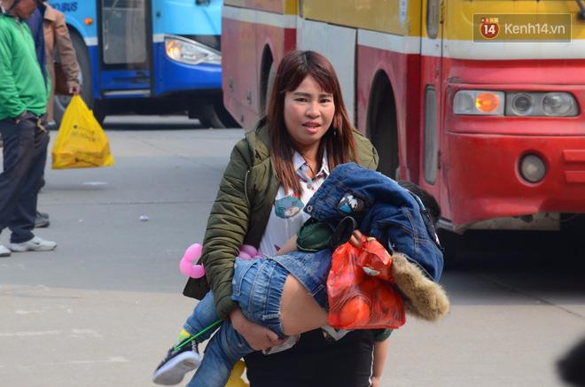 Hà Nội: Kết thúc ngày làm việc cuối cùng trong năm, người dân lỉnh kỉnh đồ đạc về quê ăn Tết - Ảnh 7.