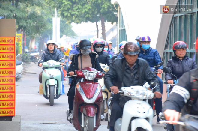 Hà Nội: Kết thúc ngày làm việc cuối cùng trong năm, người dân lỉnh kỉnh đồ đạc về quê ăn Tết - Ảnh 11.