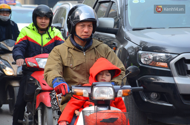 Hà Nội: Kết thúc ngày làm việc cuối cùng trong năm, người dân lỉnh kỉnh đồ đạc về quê ăn Tết - Ảnh 13.