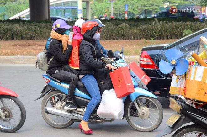 Hà Nội: Kết thúc ngày làm việc cuối cùng trong năm, người dân lỉnh kỉnh đồ đạc về quê ăn Tết - Ảnh 8.