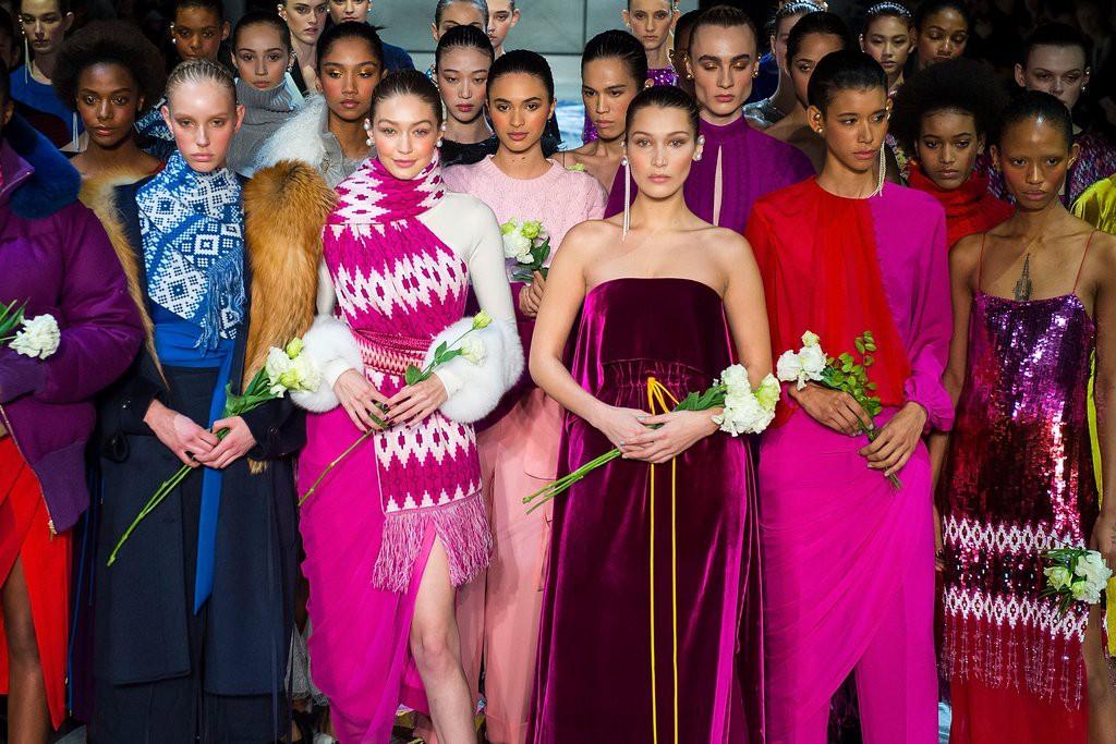 Nắm tay nhau cùng làm vedette, chị em Gigi - Bella Hadid lại tạo ra cảnh tượng đẹp mỹ mãn ở NYFW - Ảnh 2.