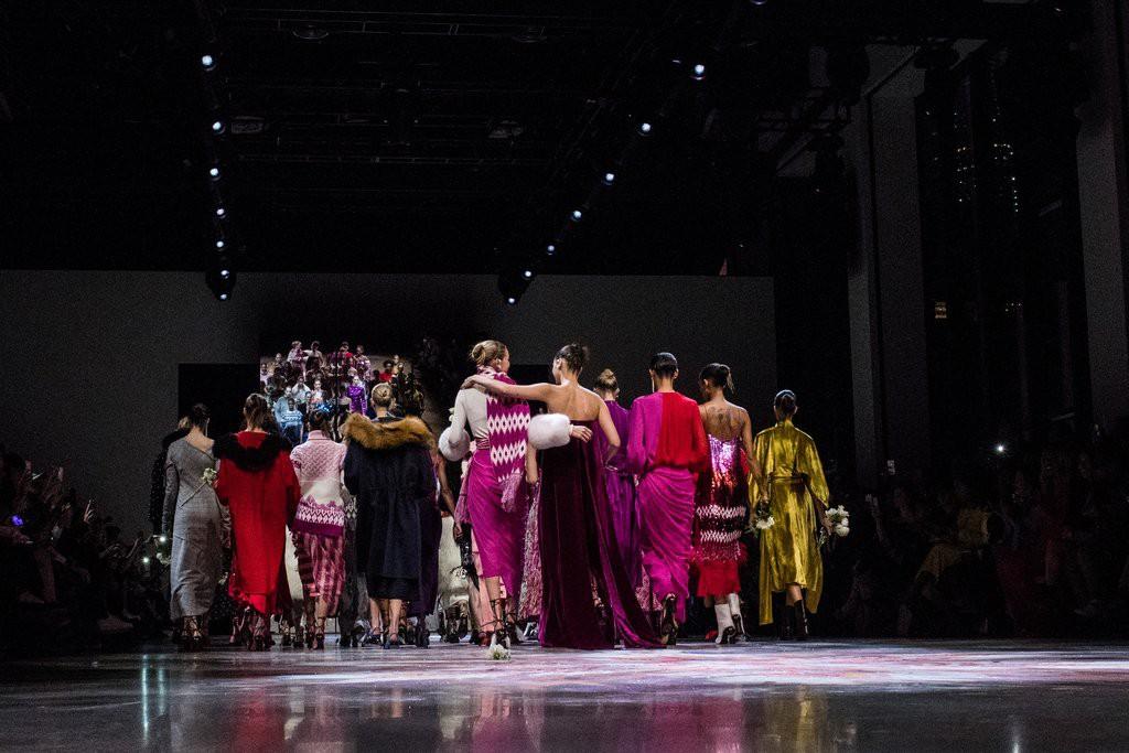 Nắm tay nhau cùng làm vedette, chị em Gigi - Bella Hadid lại tạo ra cảnh tượng đẹp mỹ mãn ở NYFW - Ảnh 3.