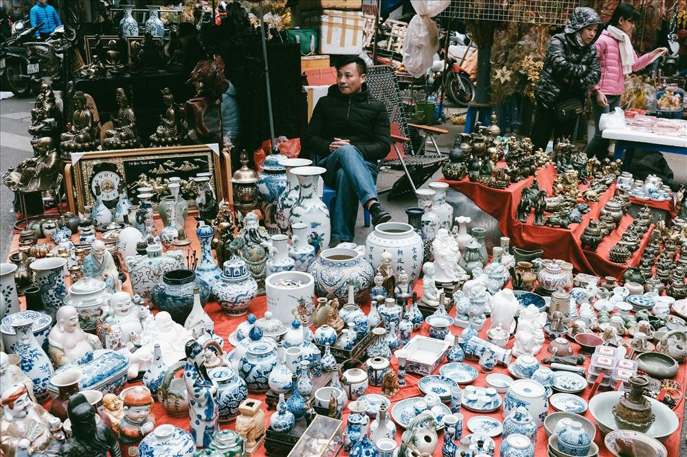 Những món đồ khó định giá ở phiên chợ đồ cổ giữa thủ đô - Ảnh 2.