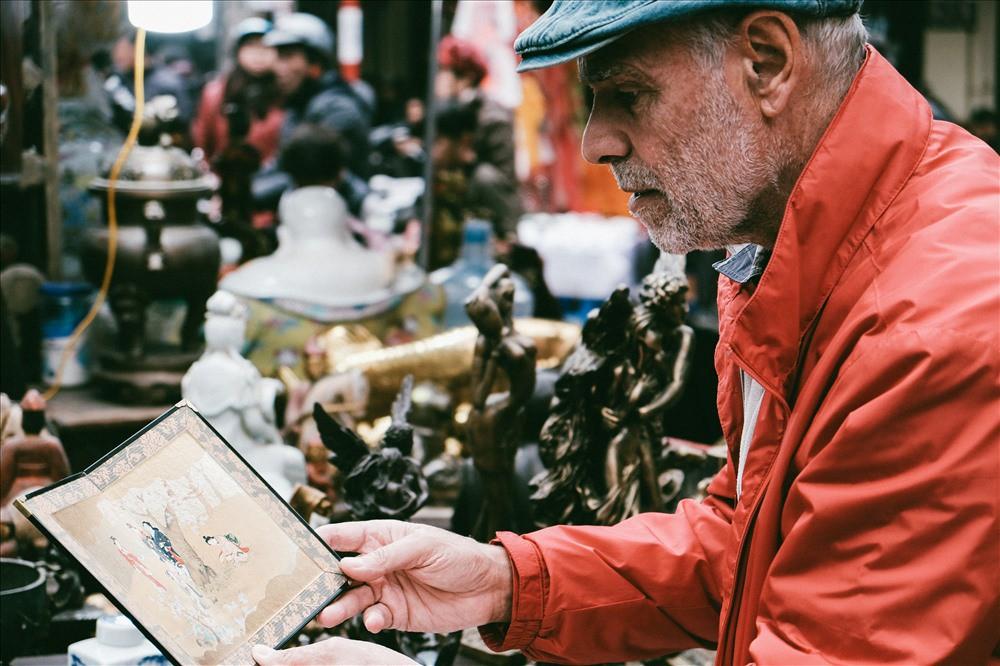 Những món đồ khó định giá ở phiên chợ đồ cổ giữa thủ đô - Ảnh 3.