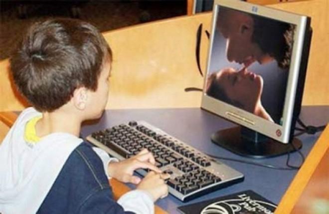 Học sinh tiểu học mắt tròn mắt dẹt khi bị xem nhầm phim người lớn trong giờ học lịch sử về con tàu Titanic - Ảnh 1.