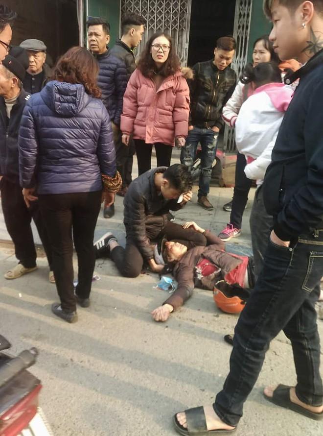 Ba ô tô đâm liên hoàn trên phố chiều 28 Tết làm nhiều người bị thương - Ảnh 1.