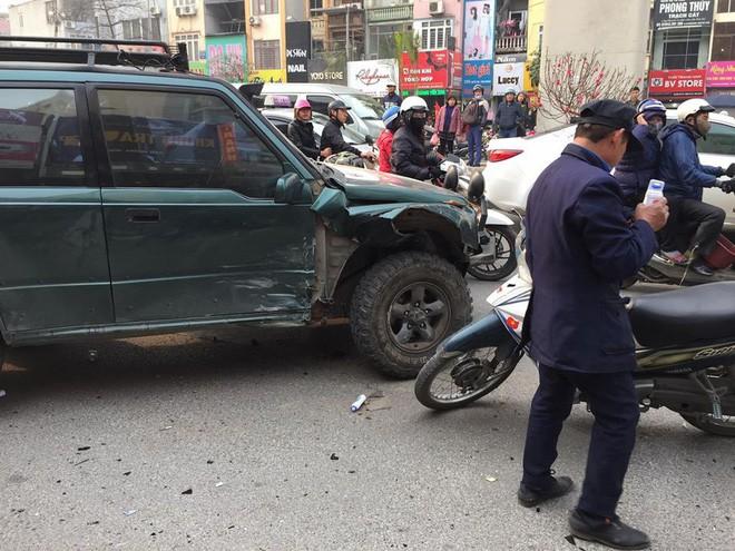 Ba ô tô đâm liên hoàn trên phố chiều 28 Tết làm nhiều người bị thương - Ảnh 2.