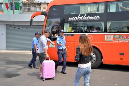 Nữ hành khách bị móc mất tiền và toàn bộ giấy tờ khi chờ xe về Tết - Ảnh 2.
