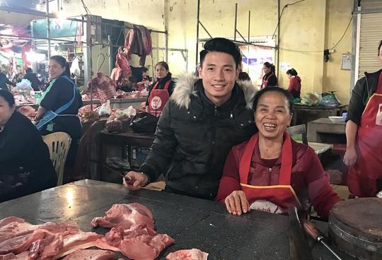 Chợ quê xôn xao khi trung vệ Tiến Dũng phụ mẹ bán thịt heo - Ảnh 1.