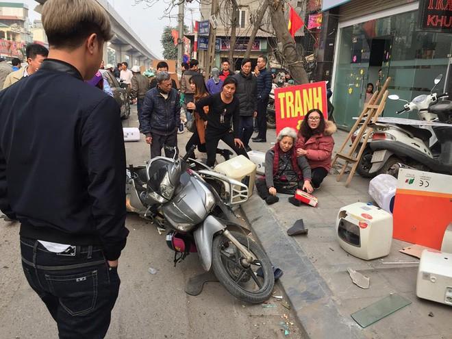 Ba ô tô đâm liên hoàn trên phố chiều 28 Tết làm nhiều người bị thương - Ảnh 3.