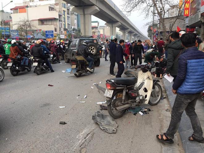 Ba ô tô đâm liên hoàn trên phố chiều 28 Tết làm nhiều người bị thương - Ảnh 4.