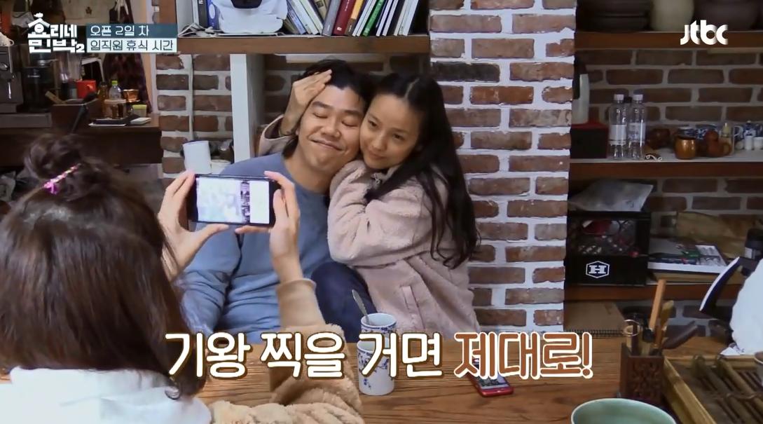 Yoona (SNSD) khoái chí chụp ảnh cho vợ chồng Hyori, nhưng hình như có gì đó sai sai? - Ảnh 3.