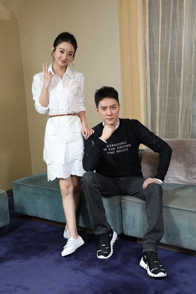 Được đồng nghiệp tốt lỡ lời xác nhận chuyện tình cảm, Triệu Lệ Dĩnh - Phùng Thiệu Phong ngại ngùng chụp ảnh bên nhau - Ảnh 2.