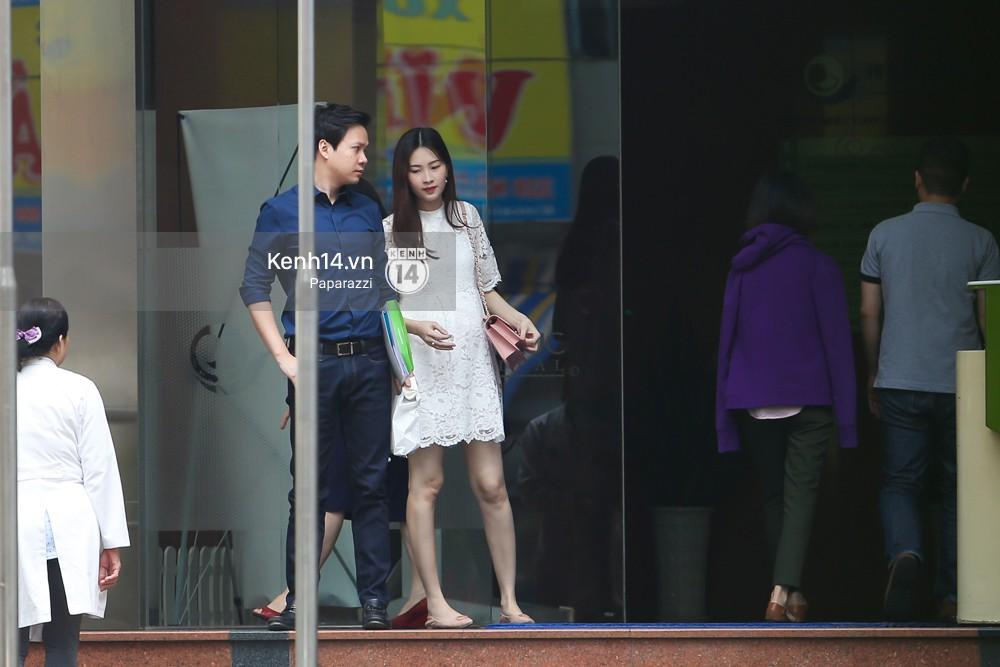 Mở màn paparazzi năm Mậu Tuất: Hoa hậu Đặng Thu Thảo lần đầu lộ bụng bầu, cùng ông xã Tín Nguyễn đi khám thai! - Ảnh 2.