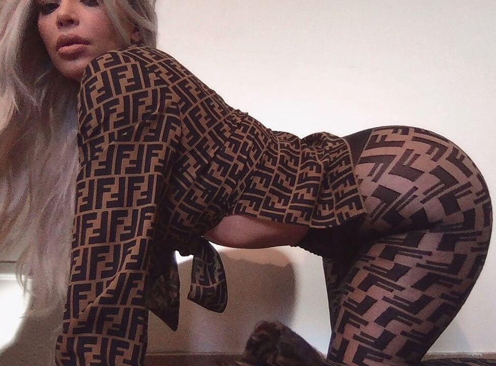 Chụp ảnh cực gợi cảm, Kim Kardashian khoe vòng eo chỉ còn 60 cm sau 2 lần mang thai - Ảnh 2.