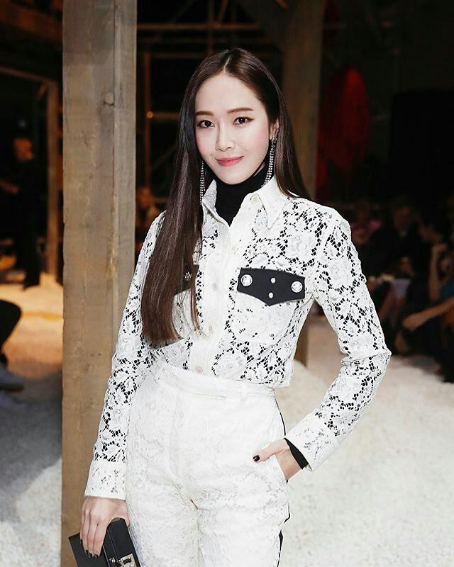 Dự Tuần lễ Thời trang New York, Tiffany mạnh tay diện hẳn áo lông hơn 200 triệu đồng - Ảnh 9.