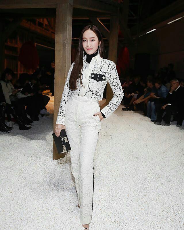 Dự Tuần lễ Thời trang New York, Tiffany mạnh tay diện hẳn áo lông hơn 200 triệu đồng - Ảnh 10.