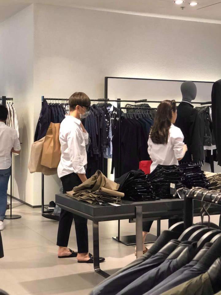 Soobin Hoàng Sơn lộ ảnh mặc đồ đôi, cùng đi mua sắm với bạn gái tin đồn? - Ảnh 3.