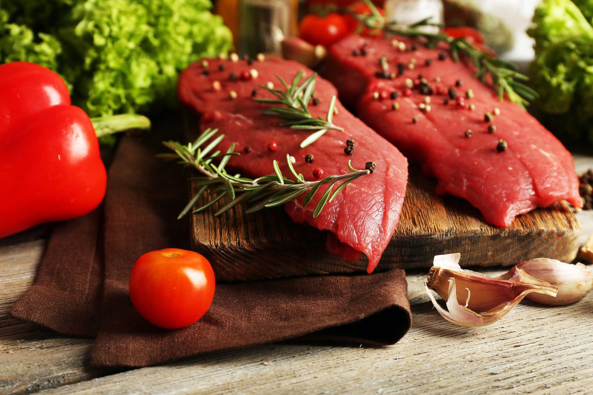 Bí quyết ăn uống ngày Tết để thoải mái ăn thịt mà không lo tăng cân - Ảnh 1.