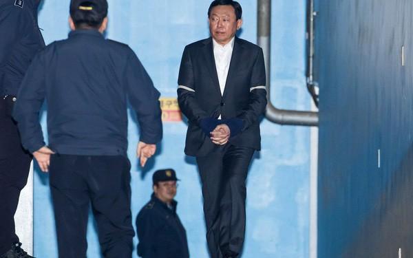 Chủ tịch tập đoàn Lotte bị bắt giam - Ảnh 1.