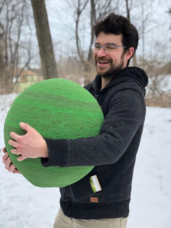 Redditor này dành cả thanh xuân để biến 42.000 que diêm thành quả cầu khổng lồ rồi đốt nó đi - Ảnh 1.