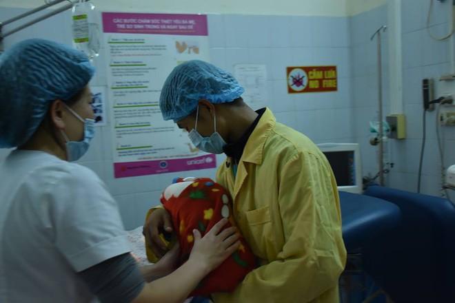 Tâm sự của những bác sĩ sản khoa túc trực bệnh viện đón các thiên thần vào dịp Tết - Ảnh 4.