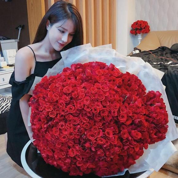 Sao Việt người khoe quà khủng, người hạnh phúc hé lộ người yêu bí mật trong ngày Valentine - Ảnh 4.