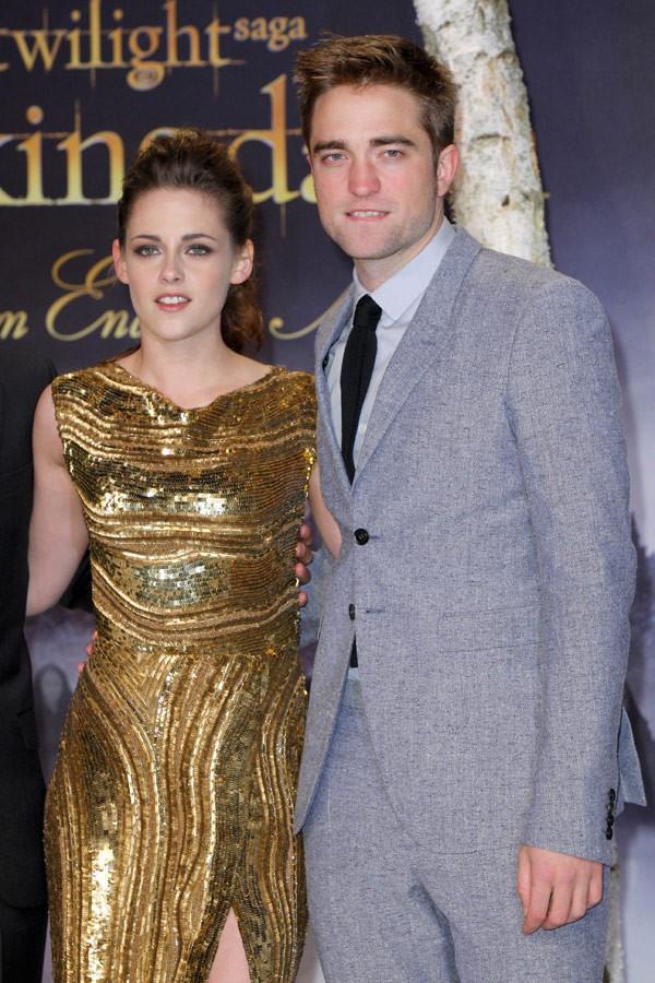 Loạt fan bấn loạn vì bỗng bắt gặp Kristen Stewart và Robert Pattinson bên nhau tại bar - Ảnh 4.