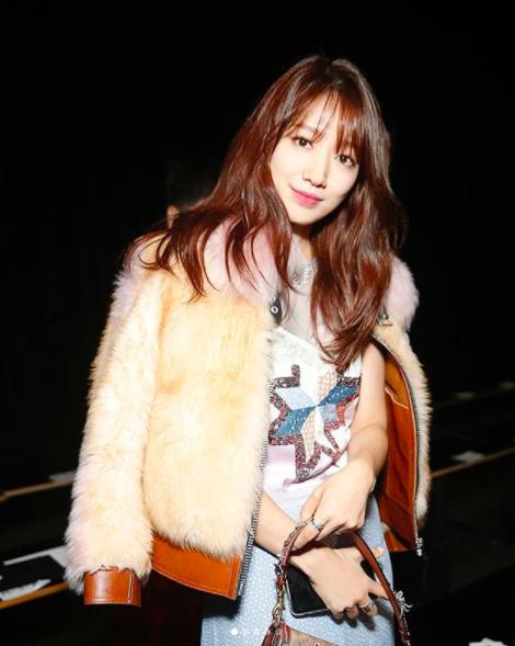 Cùng chễm chệ ghế đầu tại show thời trang, Selena Gomez và Park Shin Hye - nàng nào nổi bật hơn? - Ảnh 4.