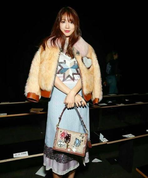 Cùng chễm chệ ghế đầu tại show thời trang, Selena Gomez và Park Shin Hye - nàng nào nổi bật hơn? - Ảnh 5.