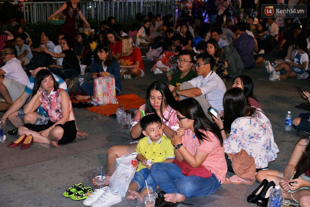 Nhiều em nhỏ được người thân đưa đi đón năm mới và xem pháo hoa bên bến Bạch Đằng