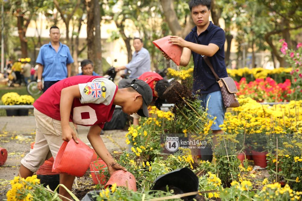 Tuy nhiên, sau đó một số tiểu thương đã đập bỏ nhiều chậu hoa trước khi trả lại mặt bằng cho công viên.