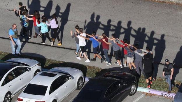 Xả súng trường học đẫm máu ngày Valentine tại Mỹ, 17 người thiệt mạng - Ảnh 1.