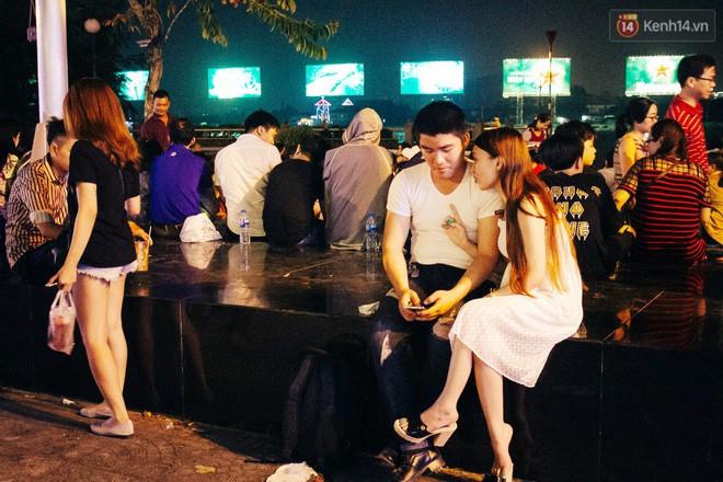 Nhiều đôi bạn trẻ tình cảm ngồi bên nhau trò chuyện chờ thời khắc đếm ngược chào đón năm mới. Ảnh: Hữu Nghĩa.