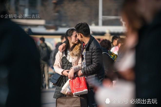 Chùm ảnh: Xúc động những cái ôm bịn rịn nơi sân ga của các cặp đôi phải tạm chia tay về quê ăn Tết - Ảnh 4.