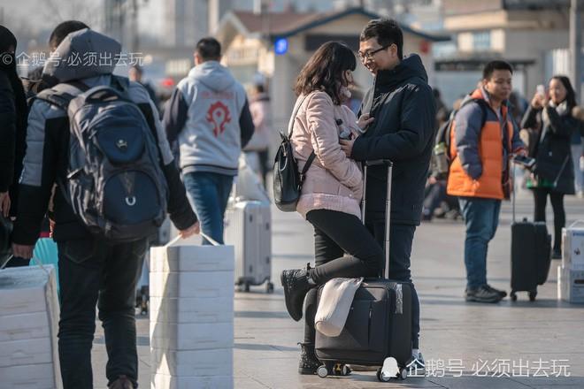 Chùm ảnh: Xúc động những cái ôm bịn rịn nơi sân ga của các cặp đôi phải tạm chia tay về quê ăn Tết - Ảnh 5.