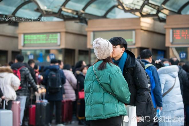 Chùm ảnh: Xúc động những cái ôm bịn rịn nơi sân ga của các cặp đôi phải tạm chia tay về quê ăn Tết - Ảnh 6.